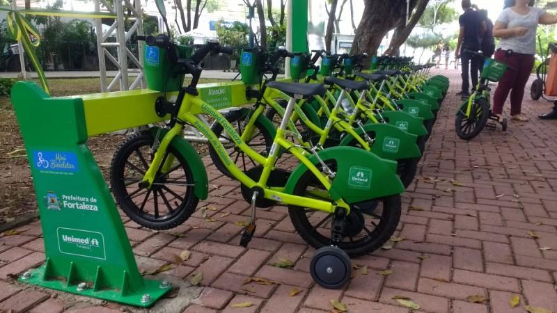 "d8b9cd2f6f0 Smaller ""mini-bicicletar"" bikeshare option in Fortaleza, Brazil with  retractable training wheels. Image by Prefeitura de Fortaleza."