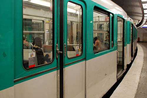 Door knobs on a Paris metro train. Photo by BeyondDC on Flickr. & 8 lessons about great transit I learned riding the Paris Métro ...